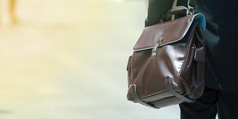 Mann mit Lehrertasche